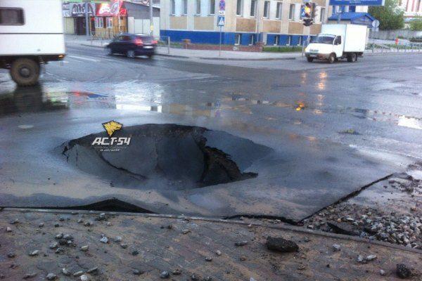 Асфальт ушел под землю на одном из оживленных перекрестков в центре Новосибирска