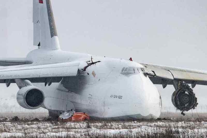 Самый тяжелый самолет СССР эвакуировали со взлетной полосы в Новосибирске