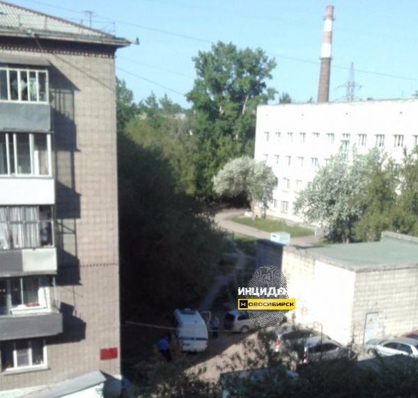 Пенсионерка разбилась насмерть, выпав с третьего этажа в Новосибирске
