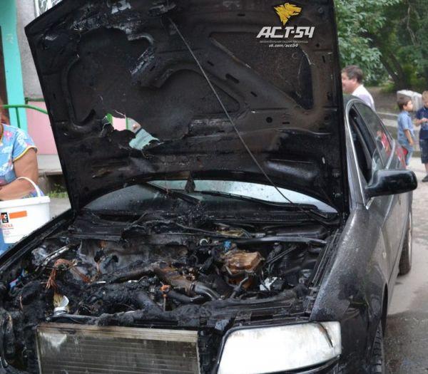 Автомобиль лихачей загорелся после ДТП и стал «подарком» для новосибирцев