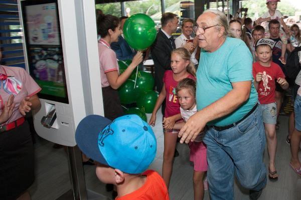 Барнаульцы устроили давку во время открытия первого «Макдональдса» в городе (видео)