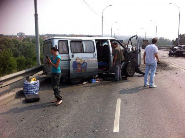 Микроавтобус с детьми лоб в лоб столкнулся с легковушкой на Бердском шоссе