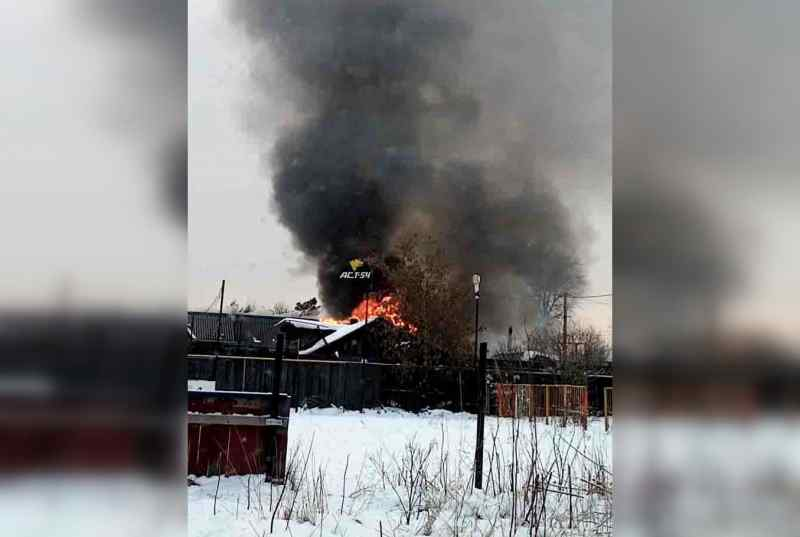 Частный дом загорелся в Октябрьском районе Новосибирска