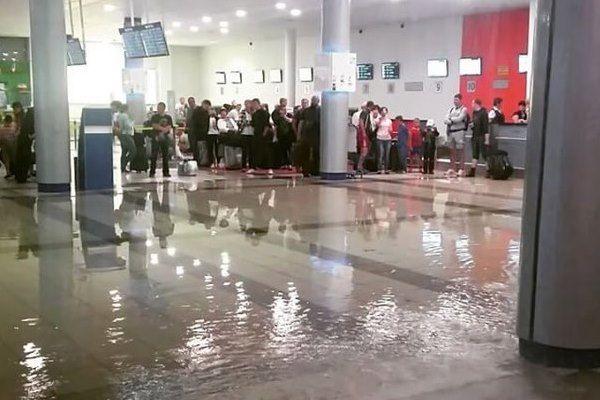 Крышу прорвало в Толмачево, подтоплены несколько помещений аэропорта (видео)