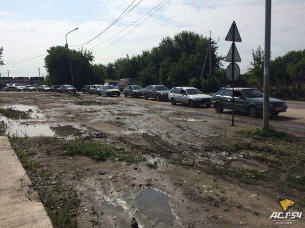 Дорожный коллапс устроили новосибирские коммунальщики на Северо-Чемском жилмассиве