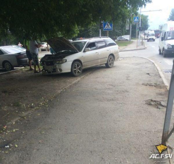 Nissan сбил на тротуаре в Новосибирске шестилетнюю девочку, у ребенка перелом позвоночника
