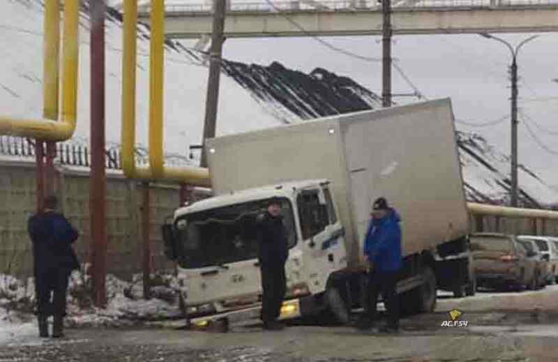 Грузовик провалился под асфальт в Новосибирске