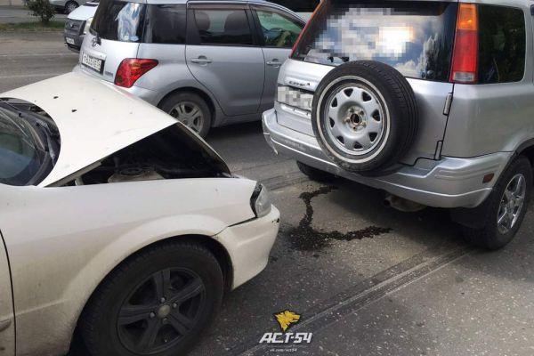 Шесть машин столкнулись «по цепочке» в Октябрьском районе Новосибирска