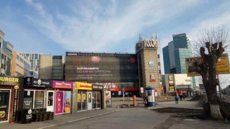 Пустые улицы, площади, закрытые торговые центры, магазины, кафе — такого с Новосибирском, кажется, еще не бывало