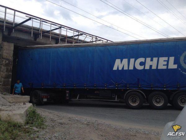 Фура из Казахстана не сошлась габаритами с мостом в Новосибирске (фото)