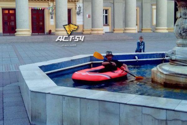 Новосибирец устроил заплыв на надувной лодке в городских фонтанах