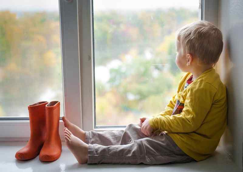 Малолетний ребенок выпал из окна общежития в Новосибирске