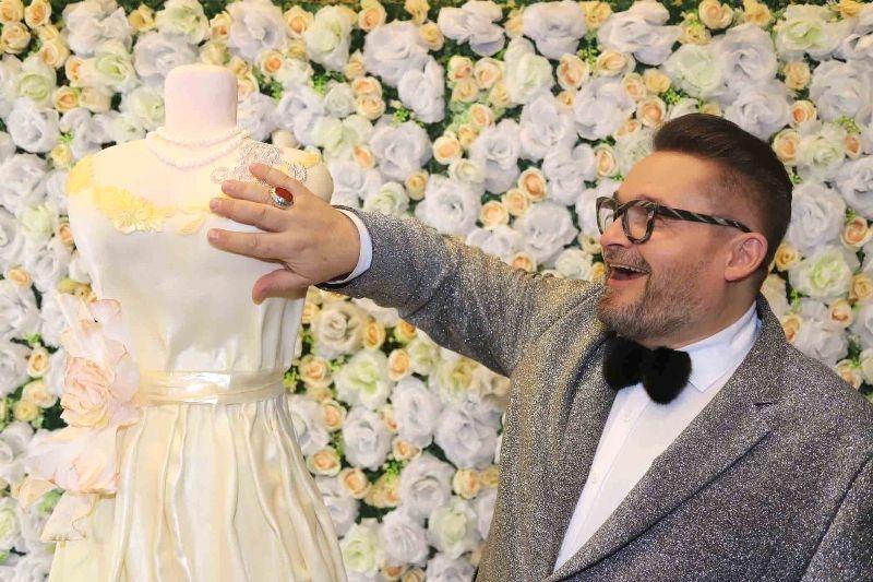 Александру Васильеву подарили съедобное платье