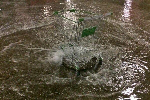 Сильный дождь затопил парковку ТЦ «Мега» в Новосибирске