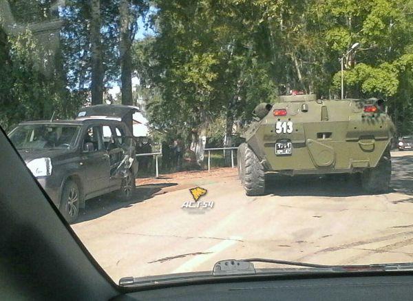 БТР отодвинул «Ниссан» с проезжей части в поселке Гвардейский