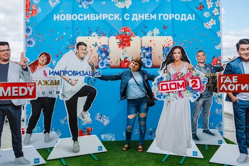 Тысячи новосибирцев сфотографировались с Бузовой, Харламовым и другими звездами ТНТ