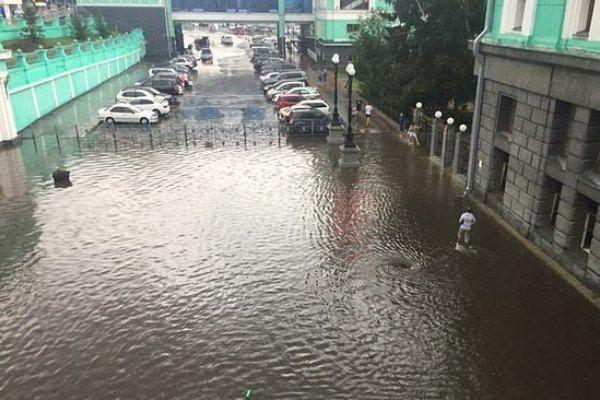 Вокзал Новосибирск-Главный ушел под воду после субботнего ливня (видео)