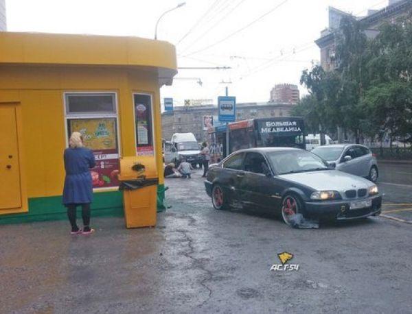 Водитель BMW сбил женщину и врезался в «Подорожник» на площади Калинина в Новосибирске