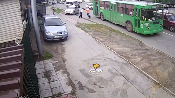 Водители троллейбусов устроили разборку, не поделив контактную сеть (видео)