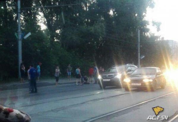 Автоледи на «Мазде», отбиваясь от пьяного пассажира, наехала на случайного прохожего в Новосибирске