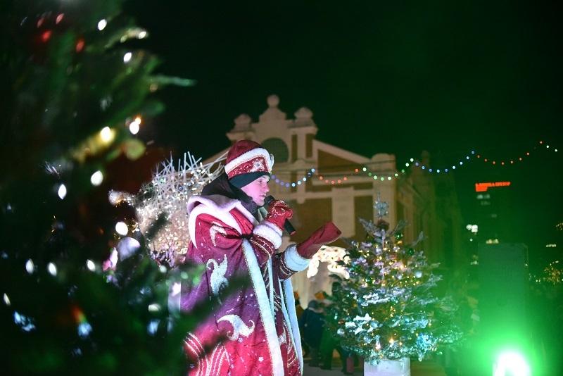 Главную елку Новосибирска открыл Дед Мороз из Рэпляндии