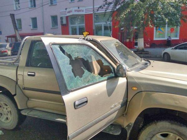 Пенсионер в упор расстрелял пикап из травматического пистолета в Новосибирске