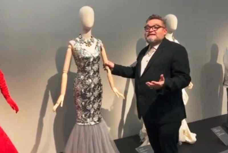 Историк моды показывает платье Юлии Началовой на выставке