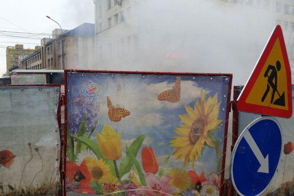 «Подснежники» распустились на заборе у ямы «Сибэко» в центре Новосибирска