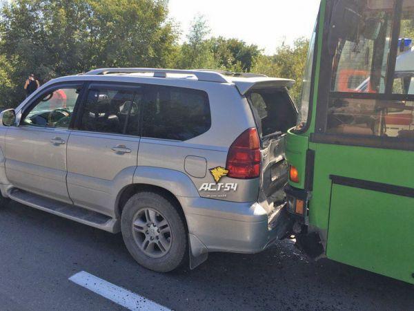 Автобус собрал «паровозик» из внедорожников в Новосибирске