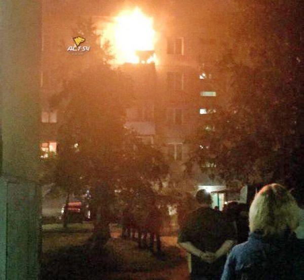 Пожарные спасли 30 новосибирцев из охваченной пламенем пятиэтажки