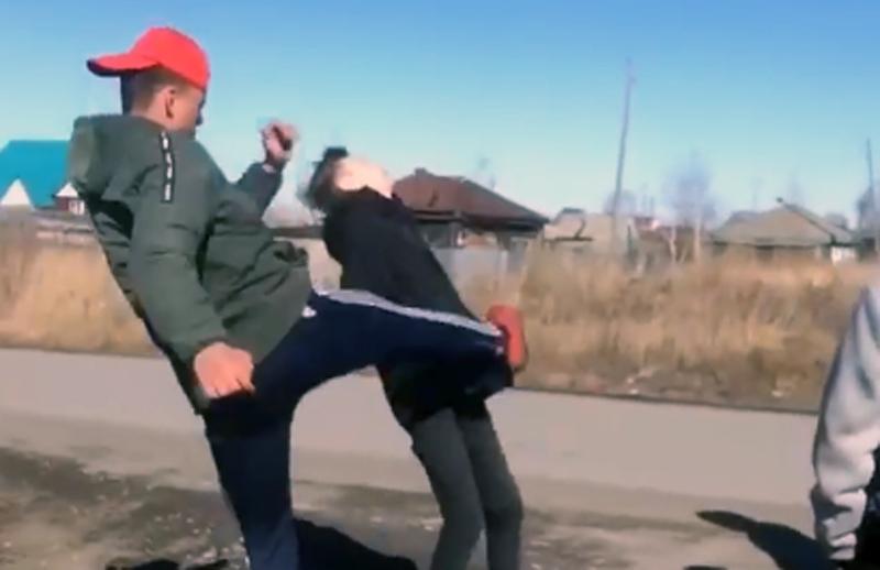 Юные спортсмены избивают школьников, снимая драки на видео