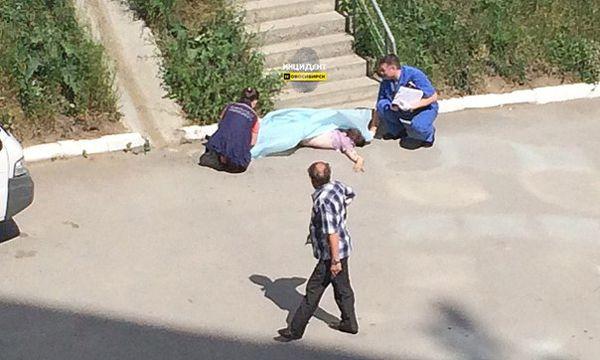 Мужчина разбился, выпав в окно одного из верхних этажей новосибирской 17-этажки