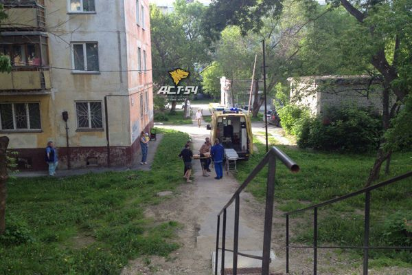 Пьяный новосибирец сломал кость таза, выпав из окна пятиэтажки на улице Столетова