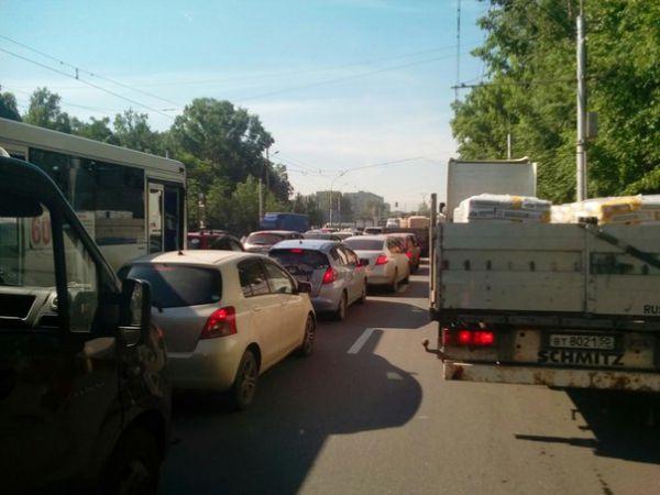 Тысячи новосибирцев опоздали на работу из-за гигантской пробки на площади Кирова