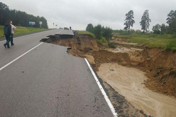 Дождь смыл дорогу на границе Новосибирской области
