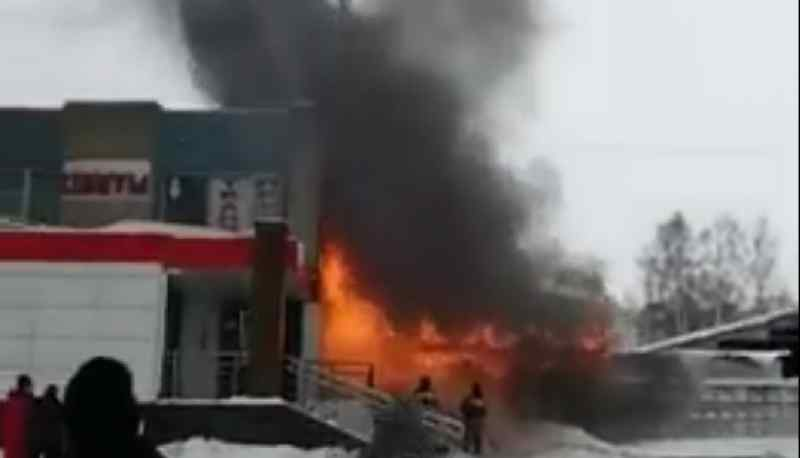 Огонь охватил пивнушку в микрорайоне Шлюз
