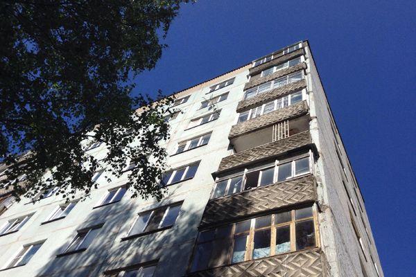 Трехлетний мальчик выжил после падения с седьмого этажа на автомобиль в Новосибирске