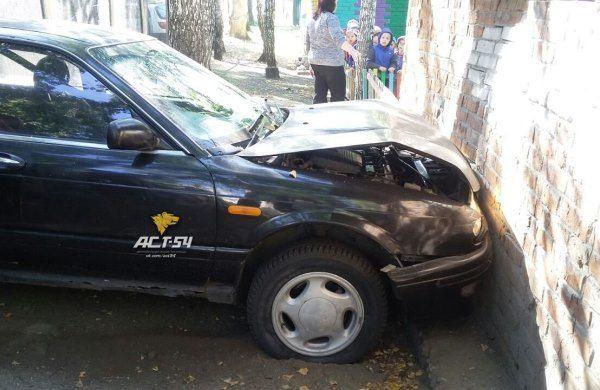 Пьяный новосибирец на авто протаранил веранду детского сада, когда дети были на прогулке