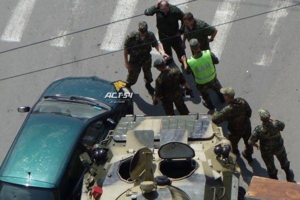 Бронетранспортёр врезался в Toyota в Октябрьском районе Новосибирска