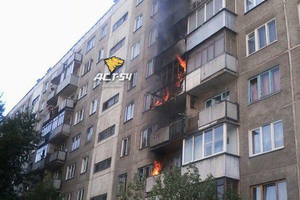 Пожар сразу на трех этажах многоэтажного дома произошел в Новосибирске
