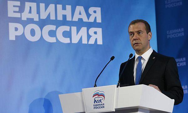 Медведев в Новосибирске пообещал избавить учителей от лишних бумаг и постепенно поднять им зарплату