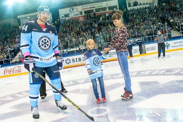 Хоккейная «Сибирь» собрала для победившей рак девочки 375 тысяч рублей
