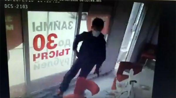 Дерзкий налет на офис микрозаймов в Калининском районе попал в объектив камеры (видео)