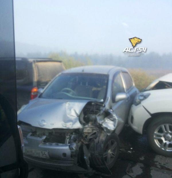 Двенадцать машин столкнулись в жестком ДТП в Новосибирске (видео)