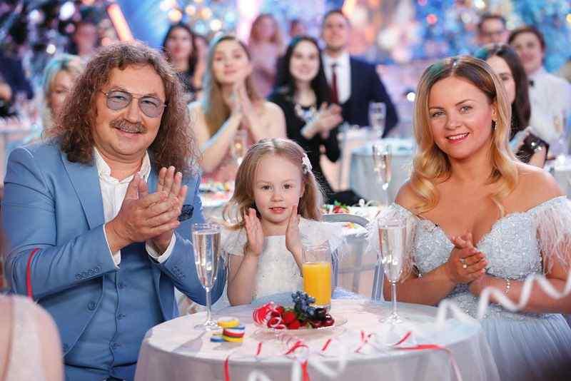 Игорь Николаев с женой и дочкой в Голубом огоньке