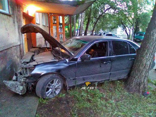 Легковушка протаранила жилой дом в Новосибирске
