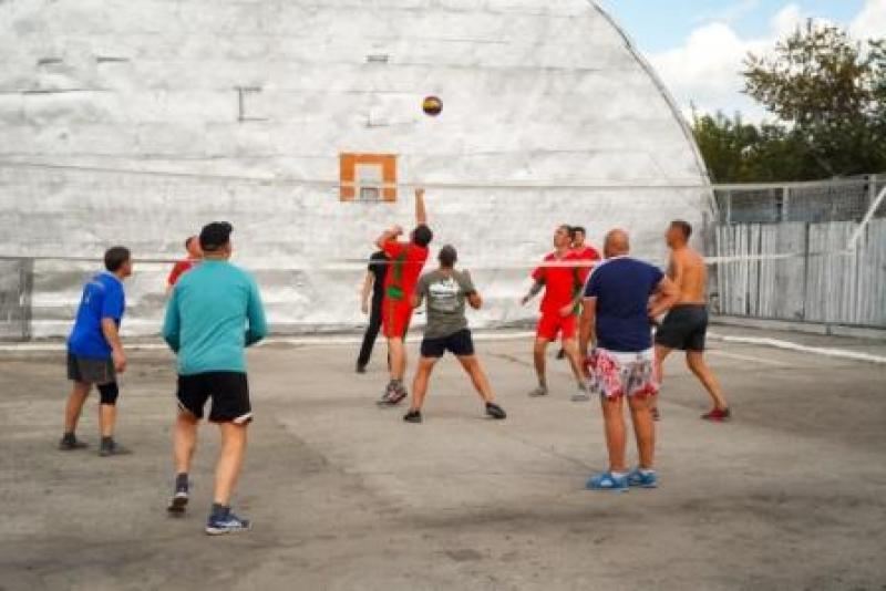 Зэки - рецидивисты обыграли волонтёров в волейбол под Новосибирском