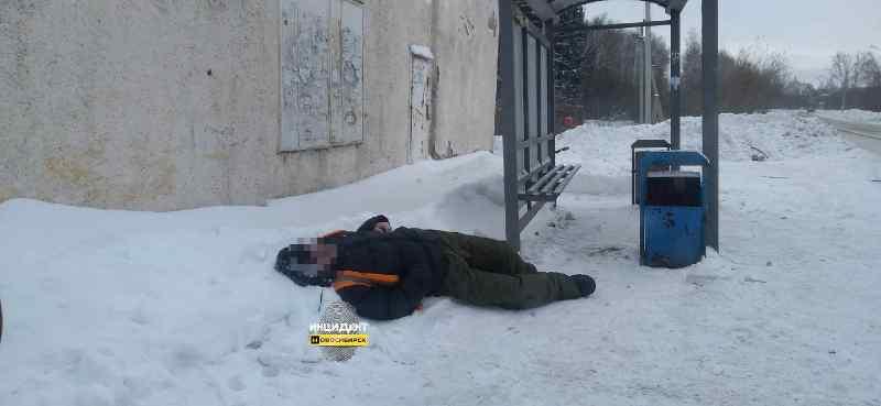 Мужчину без сознания обнаружили на остановке в Новосибирске
