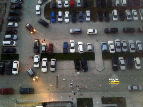 Женщина закидала парковку во дворе новосибирской многоэтажки посудой и бытовой техникой