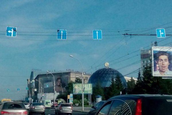 Дорожные знаки оплавились в центре Новосибирска